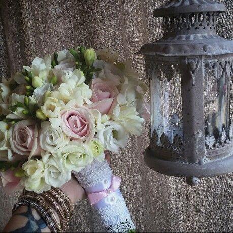 Светлый букет невесты из роз, фрезии и эустомы