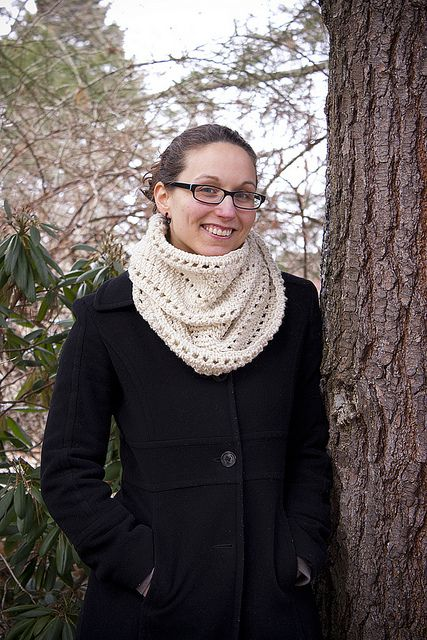 Free infinity scarf pattern. Pretty much exactly the kind of pattern I was looking for, looks easy enough. I'm excited to get started. :)