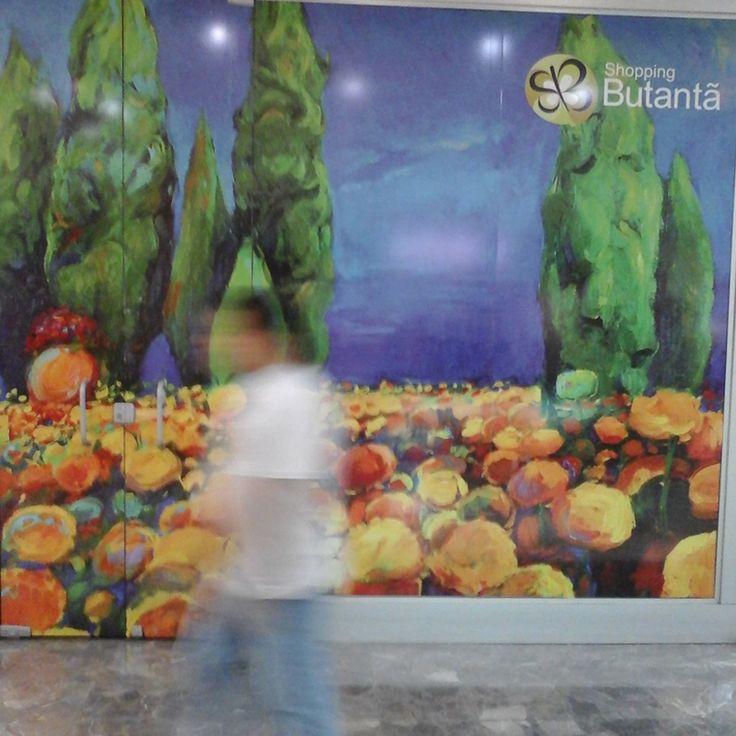 Em uma forma criativa e elegante de disfarçar a vacância no mall, o Shopping Butantã, em São Paulo, transformou as vitrines vazias em telas de pintura #shoppingbutanta #shopping #varejo #retail #art #shopwindow #painting