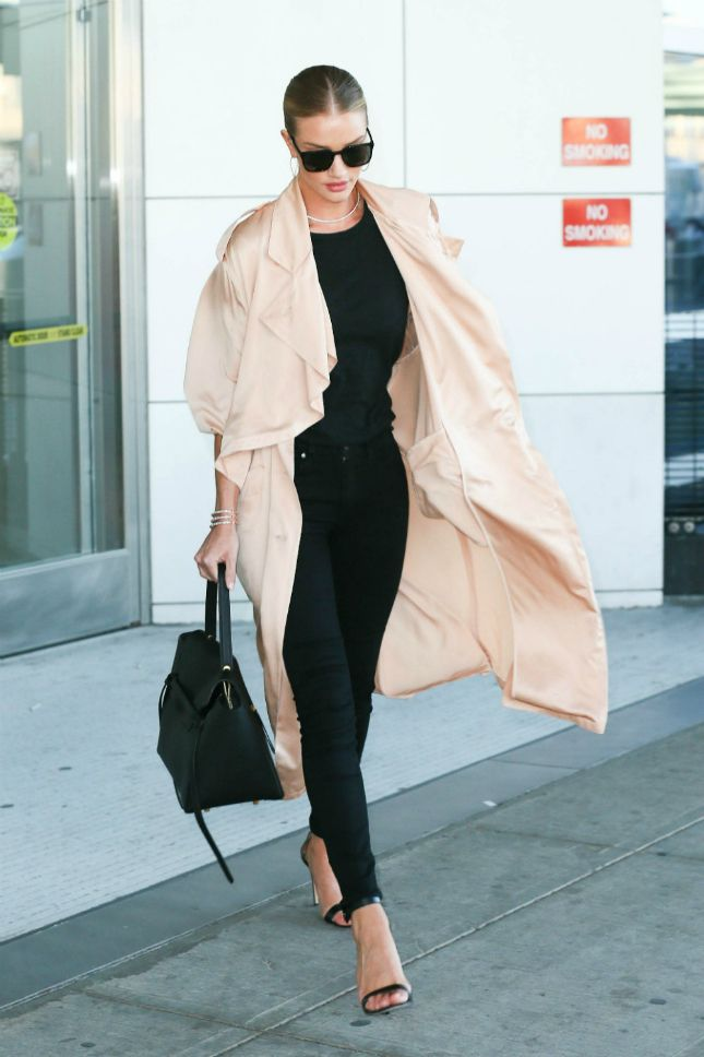 С чем носить тренч, если вы Роузи Хантингтон-Уайтли | Glamour.ru