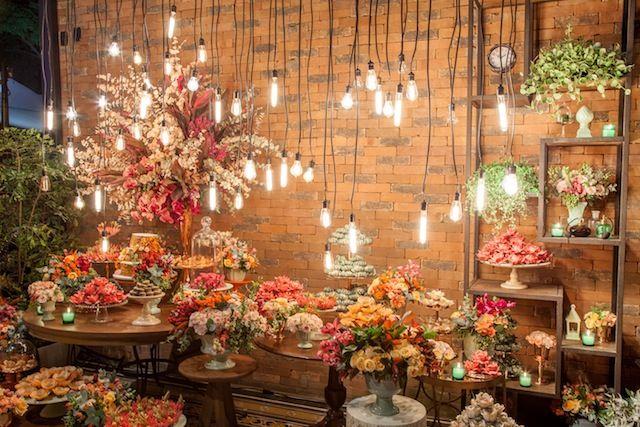 Luzinhas sempre são um charme especial a mesa de doces. Fotos da decoração: Ricardo Durand