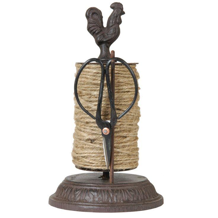 """Schnurhalter """"Hahn"""" aus Gusseisen von Clayre & Eef   Dieser Schnurhalter von Clayre & Eef (6Y0336) erleichtert Ihnen ab sofort die Gartenarbeit und sieht dabei auch noch gut aus. Die im Set enthaltene Schere kann platzsparend am Halter verstaut werden und ist damit immer zur Hand. Gekrönt wird das ganze von einem Hahn, der das Dekor komplettiert. Der Halter hat eine Höhe von insgesamt 24cm und einen Durchmesser von 14cm.   23,49 €  Gesamtpreis, zzgl. Versandkosten"""