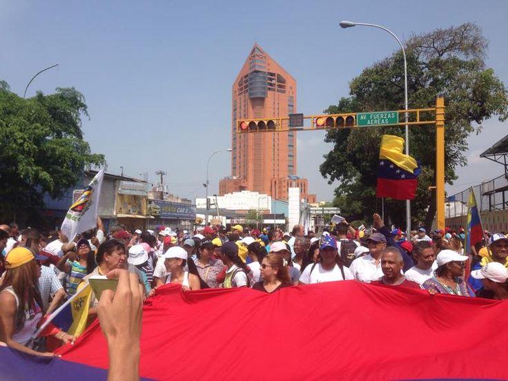 MARACAY Av Bolivar a esta hora, ALTURA TORRE SINDONI, BANDERA DE VENEZUELA RECORREN LOS AIRES ARAGUEÑOS - http://wp.me/p7GFvM-G4E
