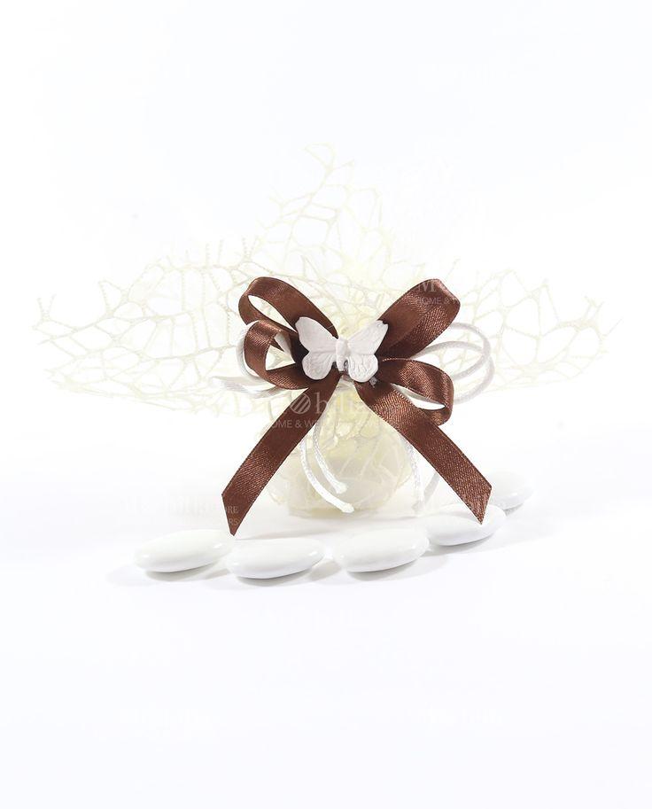 Sacchetti Tulle e Rete Confezionati con Farfalla, completi di 5 confetti bianchi al cioccolato Maxtris avvolti da un raffinato tulle panna, confezionati con nastro a 4 in doppio raso da 1 cm di colore caffè e delicata farfalla bianca.