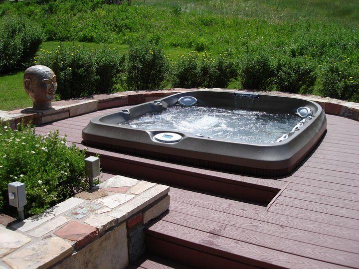 spa jacuzzi de la gamme j encastr dans une terrasse en bois
