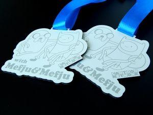 Świetny medal inspirowany postaciami z kreskówek na pewno spodoba się twojemu dziecku.Medal grawerowany w dibondzie.