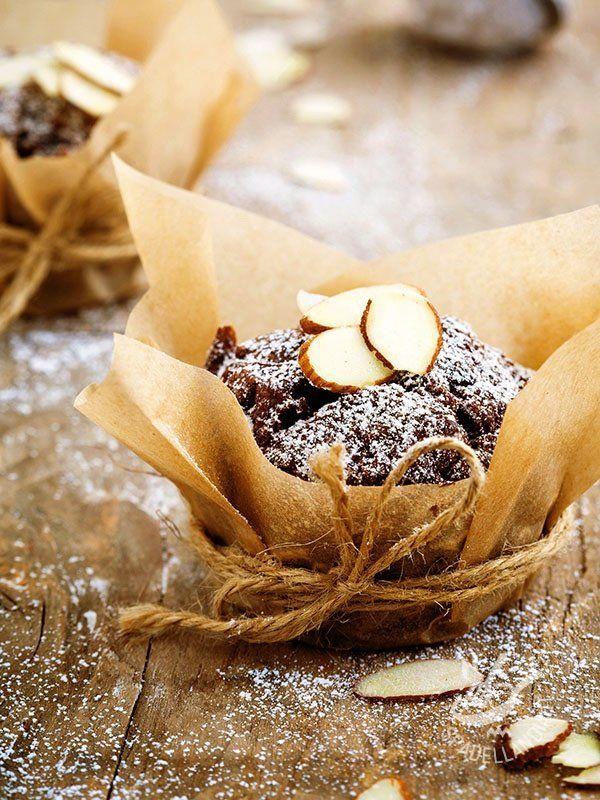 Muffins with dark chocolate and almonds gluten - I Muffins al cioccolato fondente e mandorle, anche nella versione per celiaci, sono davvero irresistibili. Questi dolcetti conquistano grandi e piccini! #muffinalcioccolato