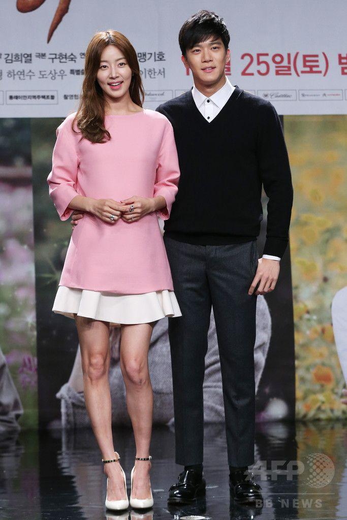 韓国・ソウル(Seoul)の韓国文化放送(MBC)で行われた、新ドラマ「伝説の魔女」の制作発表会に臨む、女優のハン・ジヘ(Han Ji-Hye、左)と俳優のハ・ソクチン(Ha Seok-Jin)(2014年10月22日撮影)。(c)STARNEWS ▼28Oct2014AFP|新ドラマ「伝説の女」、制作発表会 http://www.afpbb.com/articles/-/3030114