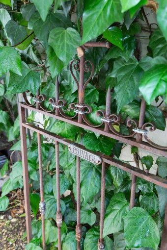エントランスにあったアンティークの門扉。錆び具合が、グリーンとマッチする。