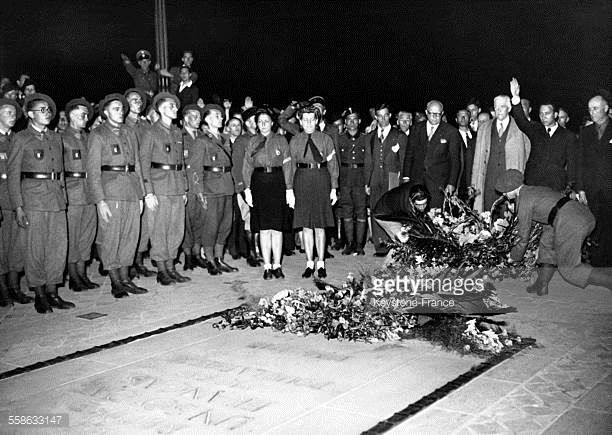Depot d'une gerbe de fleurs sur la tombe du soldat inconnu par la legion
