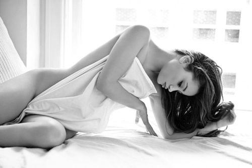 Portrait - Boudoir - Sheet - Black and White - Photography - Pose Idea