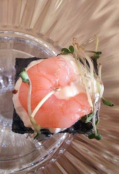 Cubo di riso nero con panna acida, gambero al vapore e germogli di soia www.becooking.it #becooking #wedding #banqueting #cucinasumisura #roma #milano #cubo #blackcube #cubodirisonero #nero #black #gambero #pannaacida #germogli #germoglidisoia #creativefood
