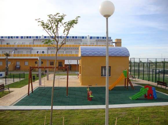 CÁDIZ, COSTA BALLENA. Ref.6405 Alquiler de apartamento en la urbanización Las Tres Piedras. Dispone de dos dormitorios, dos baños, cocina, lavadero, salón comedor y amplio jardín. Situado en una urbanización privada con piscinas de adulto e infantil, pista de paddel, #ParqueInfantil, jardines, #MiniGolf, etc. A unos 400 m. de la #playa.  #CostaBallena
