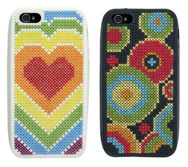 Broderipakning - 2 stk. iPhone 5 Cover  Str. 12,5 x 6 cm.  Sys med korssting på silikone cover med 4,4 tr. pr. cm.  Alle 6 designs er inkluderet i pakken - vælg selv dine to favoritter. Pakningen indeholder 2 stk. iPhone 5 cover i hhv. hvidt og sort, Anchor garn, billede, stof, mønster samt en nål. Klik på billedet for at se det i større format.