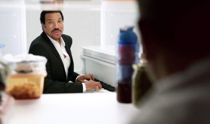 Comercial de cerveja coloca Lionel Richie tocando piano dentro de geladeira