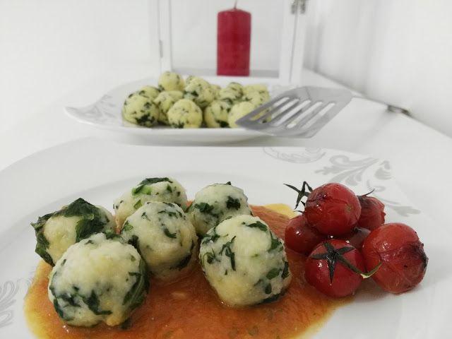 eve_wi_bakery: Kartoffel- Spinatbällchen auf Chili- Tomatensauce 400 g mehlige Kartoffel 100 g glattes Mehl 50 g Grieß 100 g Blattspinat tiefgefroren oder frisch Salz #Vegetarisch #Kartoffelknödel #Klöße