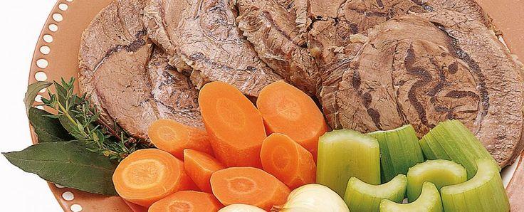 Bollire un pezzo di carne non significa immergerlo nell'acqua e attendere che sia cotto. Ma presuppone una serie di operazioni che abbiano come risultato finale un lesso tenero, saporito e aromatico. La prima regola del bollito di carne è la temperatura dell'acqua: deve essere caldissima. In questo modo, le albumine degli strati superficiali della carne si coagulano per effetto del calore e impediscono l'uscita delle sostanze interne che conferiscono sapore e morbidezza. La proporzione…