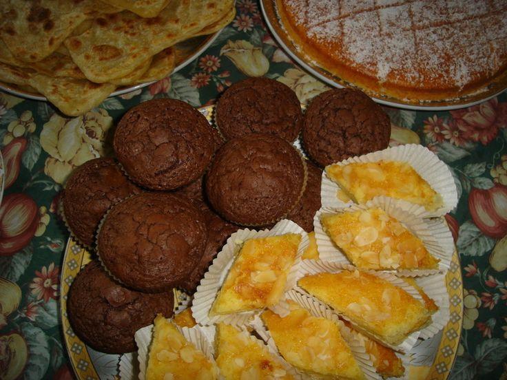 Recept voor chocolade brownie muffins. Dat andere dat erbij staat is besbousa. Laat de boter en de chocolade smelten. Doe er de suiker en de vanillesuiker bij. Roer goed glad. Zet van het vuur en laat het mengsel ietsjes afkoelen,
