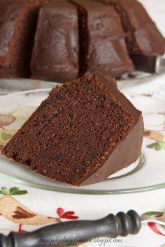 Zobacz zdjęcie Wilgotna babka kakaowa Składniki: - 6 jajek - 1 szklanka cukru - 1 szklanka oleju - 1/2 szklanki wrzątku - 1 łyżeczka ekstraktu waniliowego - 1,5 szklanki mąki pszennej - 3/4 szklanki kakao - 2 łyżeczki proszku do pieczenia *dodatkowo - 1 tabliczka gorzkiej czekolady - 1 łyżka masła - 8 łyżek mleka Sposób przygotowania: 1. Jajka miksujemy z cukrem na puszystą masę, następnie wlewamy olej, wrzątek i ekstrakt. 2. Mąkę mieszamy z kakao, proszkiem do pieczenia, dodajemy do mokrych…
