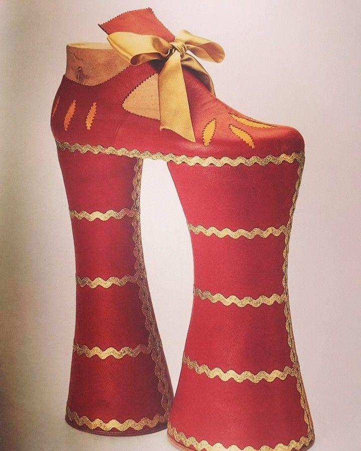 ¿Qué os parece este patín veneciano del siglo XVII para evitar la humedad?  Ya nos parece difícil un tacón alto, ¡imaginad estos zapatos con los grandes vestidos! Todo un arte al caminar. Actualmente los podéis ver en el museo del calzado de Elda.  Y si os atrevéis... ¡os los hago!