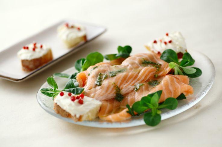 1 - Disponete l'insalata in 4 piatti piani e coprite con le fettine di salmone.2 - In una ciotolina preparate un battuto con il succo del lime, aneto, sale e olio. Versate sul salmone e lasciate m