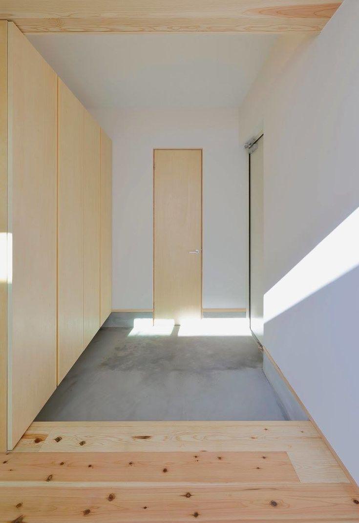 この家は「普通のコートハウス」を目指して作成しました すべての居室が中庭に向かい、中庭面が全面開口となる基本的なプランです 外側を囲うことでプライバシーが保たれ(カーテンの役割が外部のルーバーの位置に移動することで)内側のウィンドウトリートメントが不要になるだけの単純な仕組みです ルーバーを縦格子とすることで見えていい部分と見せたくない部分のコントロールを間取りと合わせて行っています このプランの主役は屋外(庭)にあります 家の中は常に動きはありませんが、屋外は光や風によって常に変化し、どちらが気持ち良いかは明らかです そのため、住宅としてはいかに屋外に視線を移動させるかのみ注力すればこの家は完成に近づきます 上記を踏まえ、天井、壁、床を構成し、結果として間接照明を用いる形になりました 今回は二つの中庭を設けました 同じサイズなのですが、同じサイズに決して見えないことは自分にとっても良い発見でした いつもは回遊動線にこだわって作っており、今回は平面プランが先行し回遊にはならなかった、と個人的に思い込んでいたのですが…