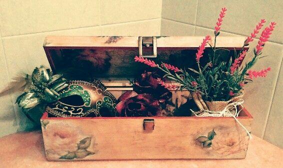 Wood box with decoupage. Scatola di legno con decoupage.