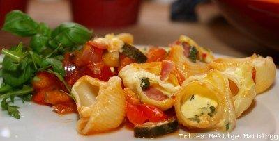 » Ostegratinerte pastaskjell med cherrytomater, squash, paprika og chili
