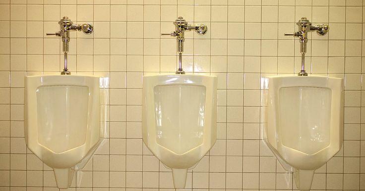 ¿Cómo desatascar un urinario?. Los urinarios se encuentran comúnmente en dos lugares: en los baños de los hombres y en los baños unisex. Si estás a cargo de mantener el baño de la empresa limpio y en buen estado, entonces en algún momento es posible que te enfrentes a un urinario obstruido. Cuando esto ocurra, mantén la calma. Desatascar un urinario no es diferente a eliminar ...