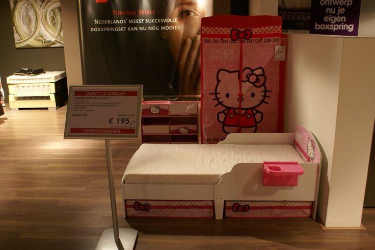 Hello Kitty kinderkamer bestaande uit: ledikantje incl. matras en aanhangtafeltje opbergladen voor onder het ledikantje kledingkast rekje met 6 manden Matrasmaat: 70×140 cm.