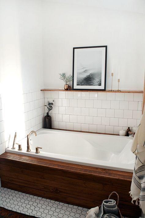 Encastrée dans un coffrage en bois, cette baignoire a fière allure