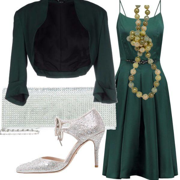 Abito in raso verde accompagnato da un coprispalle nella stessa tonalità, scarpe color argento con tacco alto e fibia sul davanti, pochette con brillantini argento e una splendida collana con perle di giada: una serata elegantissima!