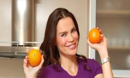 UCUZ VE SAĞLIKLI 4 BESİN --- Portakal  1 büyük portakal (ya da küçük bir bardak portakal suyu) günlük C vitamini ihtiyacınızın tamamını karşılar. Ayrıca yapısal anlamda önemli olan B9, B1 ve A vitaminlerini de içerir. Önemle belirtelim; portakal suyunu katı meyve sıkacağı ile hazırlamak sağlık açısından en  faydalısıdır.  Mercimek  Baklagiller ailesi genel olarak (devamı için lütfen siteye tıklayınız...)  #güzellik #güzellikvebakım #güzelliksırları #ankara #beslenme