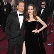 Angelina Jolie y Brad Pitt. Él con un esmoquin de Tom Ford y ella con un vestido de Atelier Versace y sandalias de Salvatore Ferragamo.