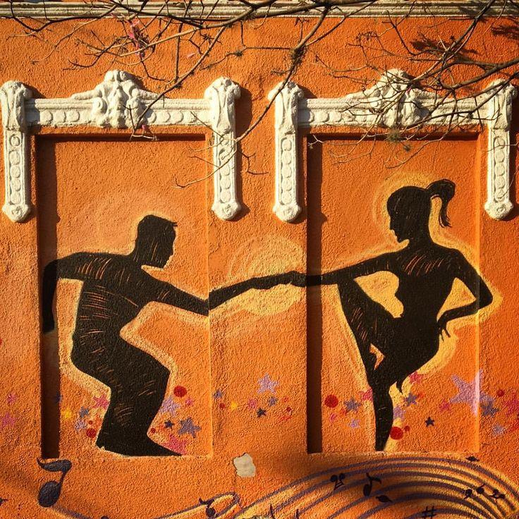 """""""Tarantismo: delírio convulsivo caracterizado por um impulso extremo para dançar, supostamente causado pela picada da tarântula."""" 'https://youtu.be/WSLMN6g_Od4' #ladies #and #gentlemen"""