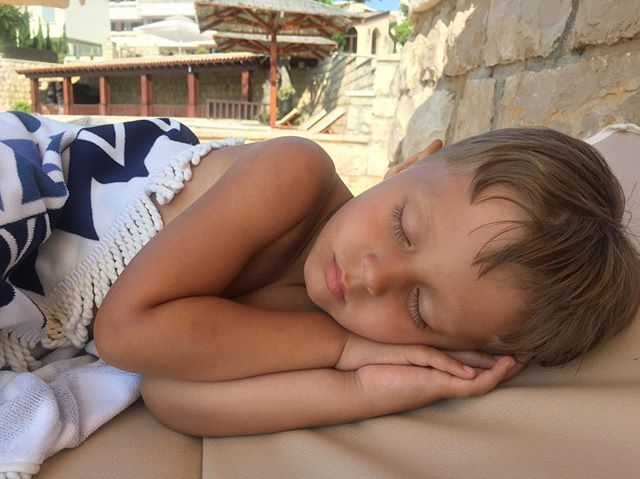 WEBSTA @ shilodaria - Мой любимый сынок 💛Давид обожает бассейны. И не в особом восторге от пляжей😅видите ли песочек ему ножки пачкает😅но этого маленького рака не вытащить из воды. Всегда находит себе компанию,друзей и подруг. И с отъездом бабули мы ввели практику тихого часа прямо на пляже,дети и внуки спят, матери выдыхают и загорают🏝🏖#отдыхсребенком #отпускссемьей #путешествиесдетьми #путешествиесребенком #пляж#бассейн#будва#добравода#черногория#ульцинь#котор#тиват#montenegro #budva…