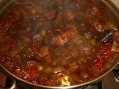 Tino ransa Pittig en lekker gekruid gestoofd varkensvlees. Ingrediënten:  ½ kg. varkenslappen 3 rode lomboks 1 theel. zout 150 ml water 3 sjalotten 3 tomaten 1 bosje selderij 4 eetl. olie  Boemboe:  1 serehstengel 1 cm laos (of 1 theel. laos poeder) 3 teentjes knoflook