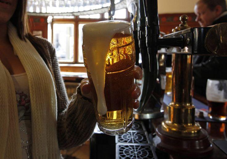 De naam The Mitre, in het Nederlands 'de mijter', heeft misschien geholpen. Maar dat een failliete pub door de plaatselijk kerk van de ondergang wordt gered - kosten minder dan een half miljoen pond (ruim een half miljoen euro) - blijft opmerkelijk.