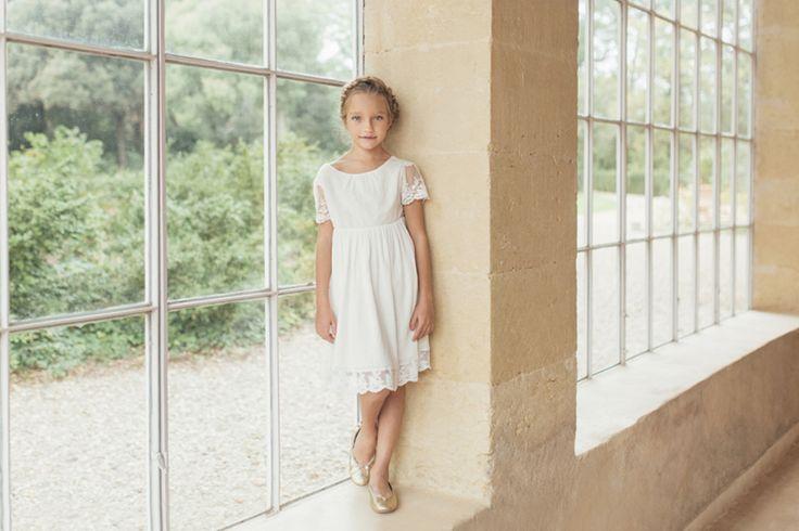Robe Bohême chic Enfant pour mariage et cérémonie. Cette robe bohème en dentelle brodée et à la texture plissée du crêpe de coton sera la tenue parfaite pour toutes les petites filles durant une cérémonie champêtre.