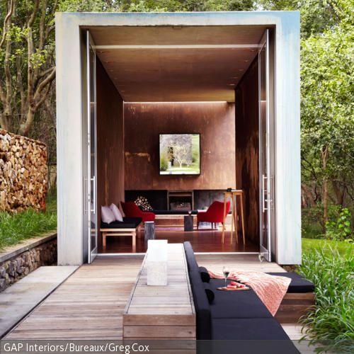 diese outdoor sitzecke aus polstern ist optimal in die moderne terrasse aus holz integriert - Versunkene Feuerstellen Ideen