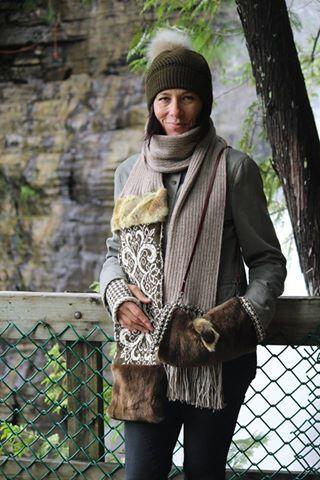 Foulard en alpaga arabesque, couleurs beige, kaki et écru, fourrure recyclée de renard et castor rasé, tuque kaki et son pompon en renard amovible, manchon assorti et mitaines motif pied de poule, des créations @[135274633162906:274:AU FIL DES NEIGES]