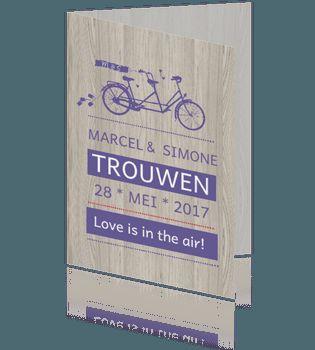 Moderne trouwkaart hout met tandem fiets in paars. #trouwkaarten #huwelijkskaarten #bruiloft