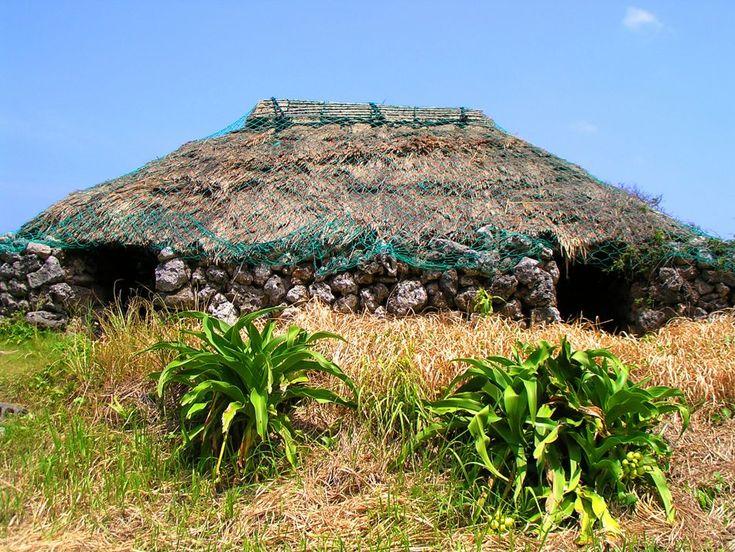 琉球王府時代の年貢集積所を再現したもの。屋根は茅葺きで、壁は石積み。入り口は三カ所あり、拝所(うがんじゅ)としても使われていた。