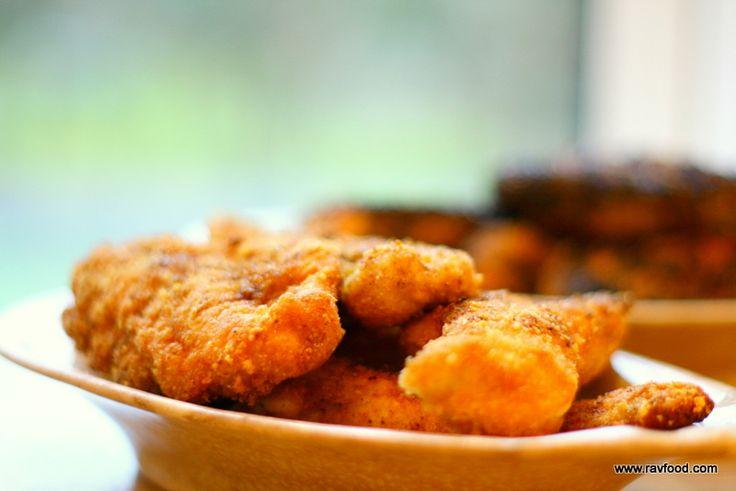 """Det er absolut gamle nyheder i LCHF verdenen at panere kød i flæskesvær - jeg har bare ikke gjort det før.Disse kyllingstykker er dejligtsaftige og med en lækker smag af """"grillmad""""- altså på de..."""