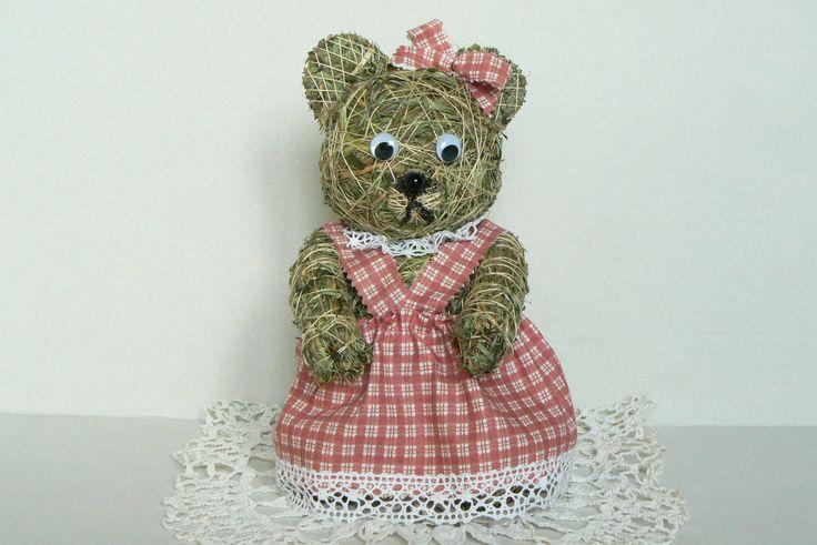 Velká medvědice Medvědí slečna ze sena.Je vysoká cca 25 cm a oblečená je v zástěrce z bavlny.Je to velká parádnice a bude moc hezká jako dáreček k Vánocům nebo jen tak pro radost .Určitě s ní uděláte radost svým blízkým,kteří mají rádi originální ruční práci.Je celá ze sena,bez výplně.Seno je od nás,z Jižních Čech.  Ráda Vám udělám parádnici i s ...