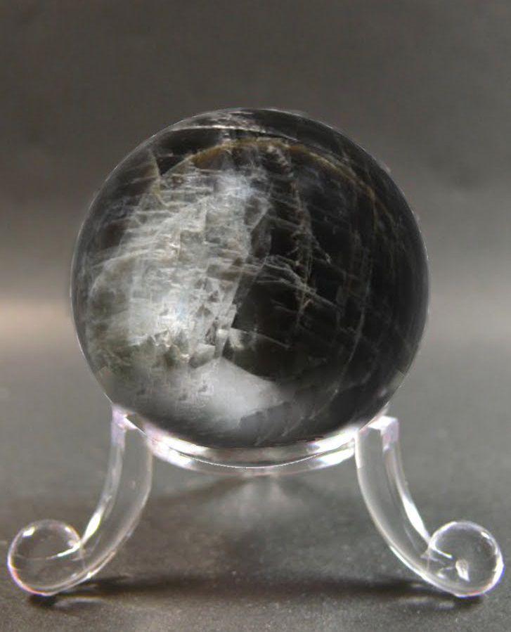 La pierre de lune noire est une pierre qui nettoie en profondeur le chakra du plexus solaire.