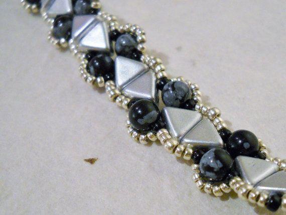 Sneeuwvlok Obsidiaan armband met Kheops kralen door Seadbeady