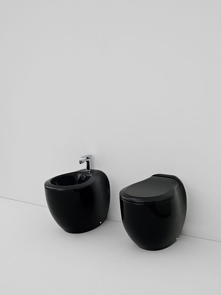 Blend, design Meneghello Paolelli Associati. Sanitari a terra in nero / Back to wall sanitaries in black decor #sanitary #bagno #bathroom #design
