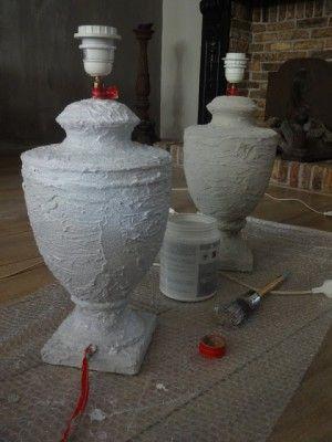 Oude lelijke lampen bewerken met muurvuller en daarna krijtverf of kalk verf erop. Prachtig resultaat.