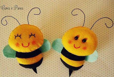 Feita em feltro,essas abelhinhas estão esperando para voar para uma guirlanda ou para o quarto de um bebê.Lindas